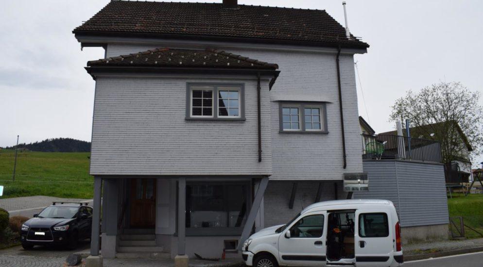 Hundwil AR - Frau bei Selbstunfall mit Auto in Steinpoller gecrasht