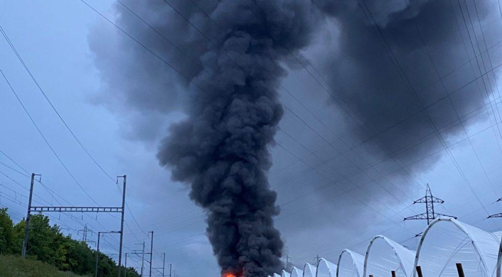 60 Feuerwehrleute im Einsatz bei Hangar-Brand in Ardon VS