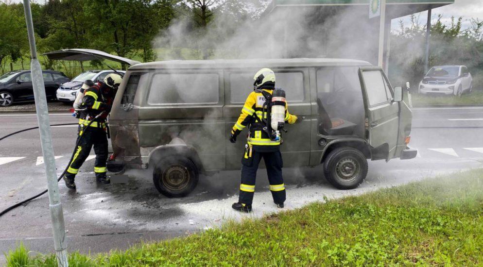 An der Sinserstrasse in Cham ist es zu einem Brand an einem Fahrzeugmotor in der Nähe einer Tankstelle gekommen. Es wurde niemand verletzt. Der Fahrzeugbrand ereignete sich am Mittwochmorgen (19. Mai 2021), kurz nach 08:30 Uhr, auf der Sinserstrasse in Cham. Aus noch nicht bekannten Gründen hat ein älterer Kleinbus im Bereich des Motors angefangen zu brennen. Dabei wurde niemand verletzt. Das Feuer konnte durch freiwillige Helfer und Angehörige der Feuerwehr Cham rasch gelöscht werden. Der Brand entstand aufgrund eines technischen Defektes am Fahrzeug. Die Sinserstrasse musste während der Löscharbeiten in beide Richtungen gesperrt werden. Siehe Meldung von heute Morgen Im Einsatz standen Mitarbeitende der Feuerwehr Cham, eines privaten Abschleppdienstes sowie der Zuger Polizei.