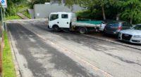 Zug: Führerloser Lieferwagen kracht in parkiertes Auto