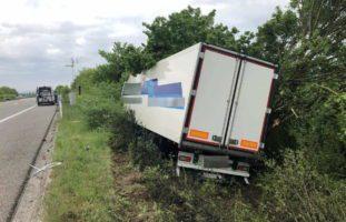 Unfall Payerne FR: LKW kommt auf der A1 von der Fahrbahn ab