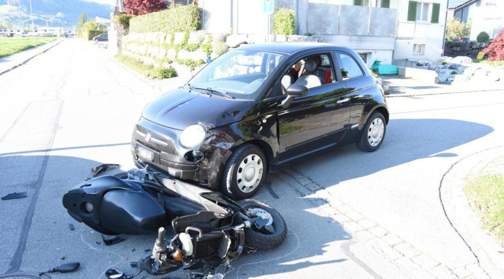 Heerbrugg SG: Crash zwischen Rollerfahrerin und PW