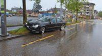 Mercedes kollidiert bei Unfall in Zürich ZH mit Baum