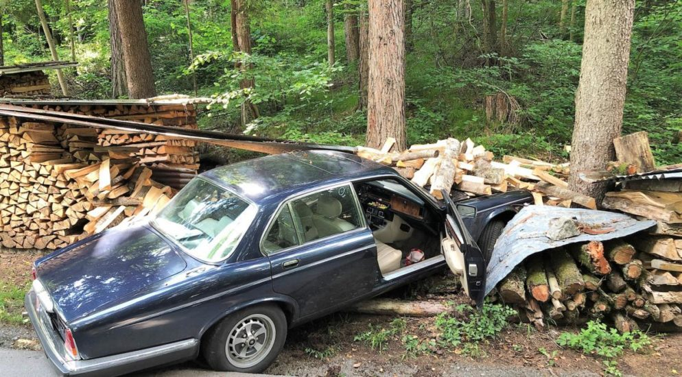 Näfels GL: Autofahrer verunfallt und prallt gegen Holzbeige