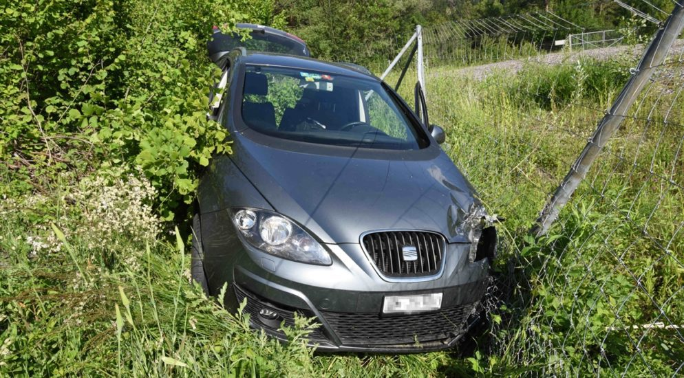 Bonaduz GR: Autofahrerin fährt in Kurve geradeaus und verunfallt mit Zaun