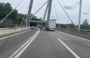 A4, Stadt Schaffhausen: Verkehrsunfall zwischen LKW und PW