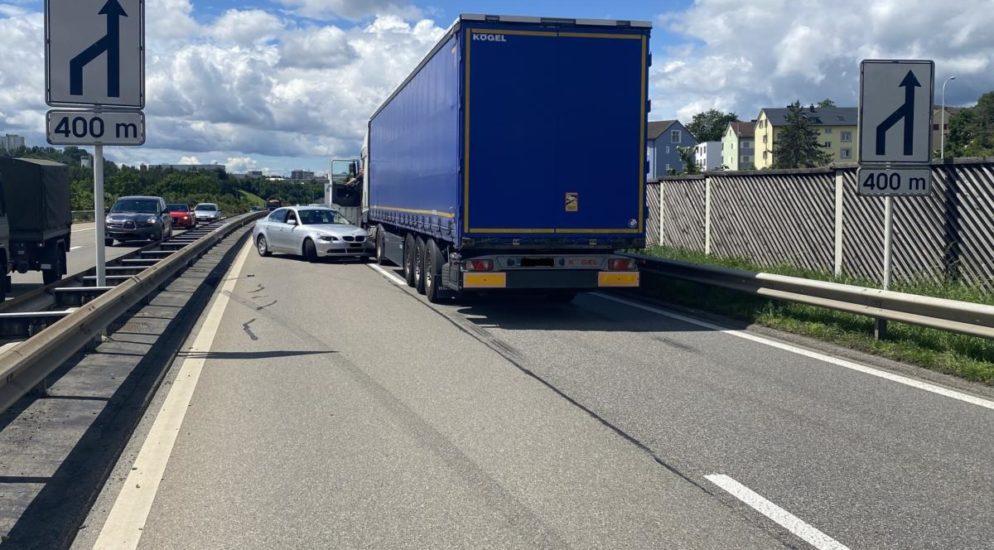 Verkehrsunfall Schaffhausen SH: Auto dreht sich auf A4 quer vor LKW