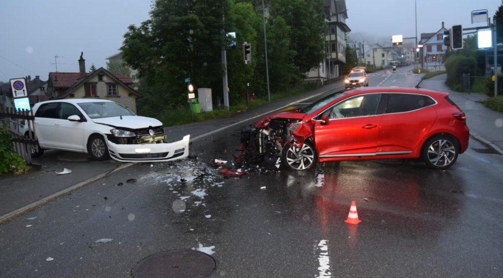 Frontalkollision zwischen zwei Autos in Herisau