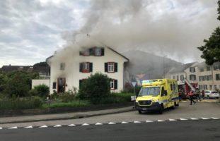 Brand in Pratteln BL - Feuerwehr rettet eine Person aus dem OG