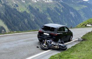 Unterschächen UR: Zwei 26-jährige Motorradfahrer am Klausenpass verunfallt