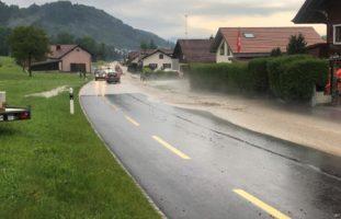 Unwetter Kanton Freiburg: Überschwemmungen und Verkehrsbehinderungen
