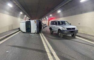 Lieferwagen mit Anhänger in La Tour-de-Trême verunfallt