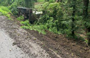 Rüdlingen SH: Vollbeladener Lastwagen verunfallt