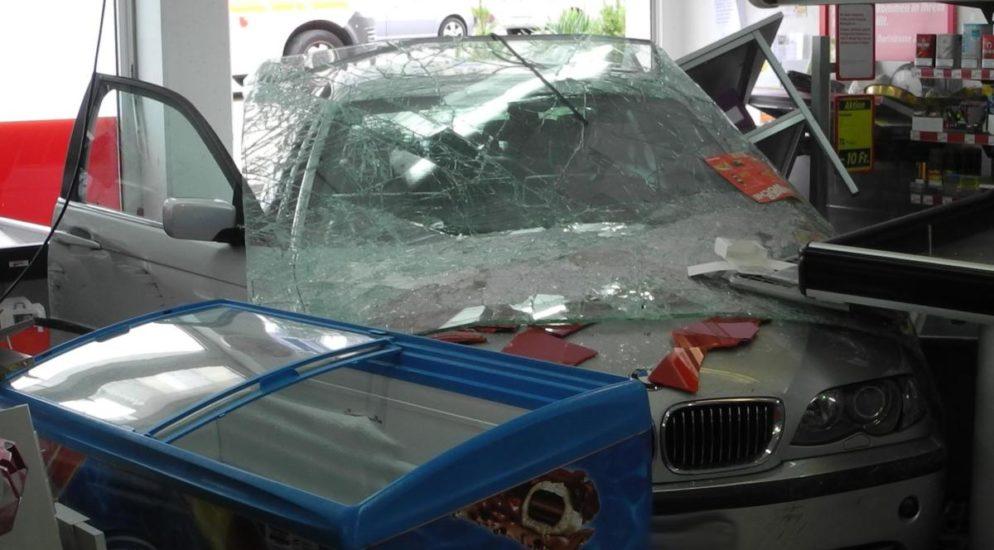 Altendorf SZ: Mann verliert die Kontrolle und durchbricht mit Auto Schaufenster
