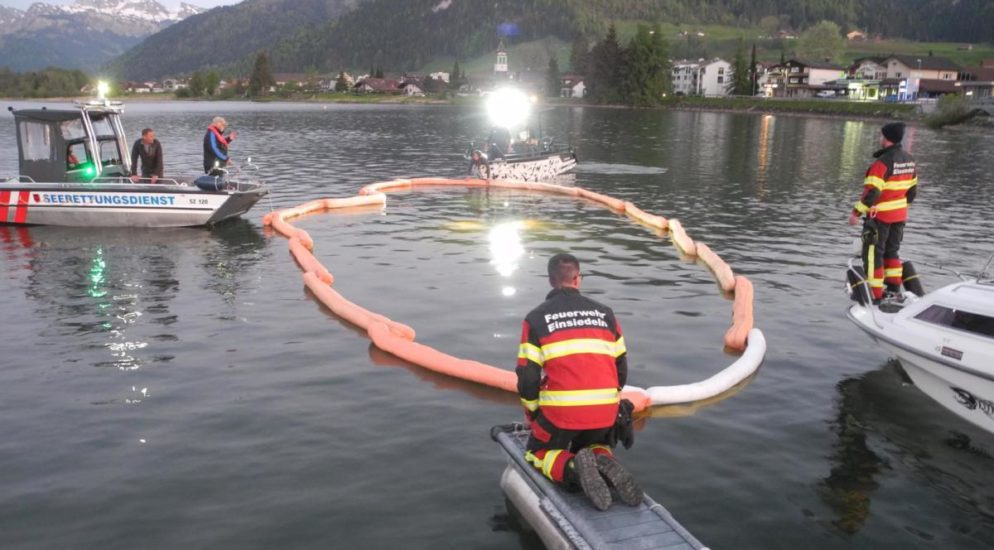 Gross SZ - Personenwagen landet im See