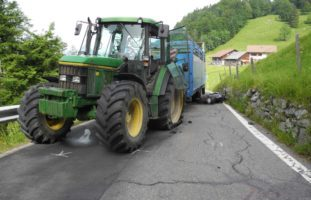 Motorradfahrer bei Verkehrsunfall in Rickenbach mit Traktor kollidiert