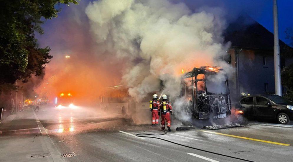 VBZ-Bus in Zürich-Höngg in Flammen - Winzerstrasse gesperrt
