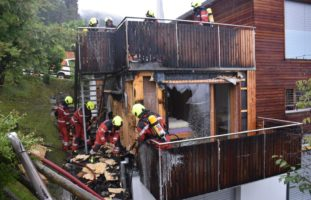 Brigels GR - Grossaufgebot der Feuerwehr löscht Fassade eines Ferienhauses