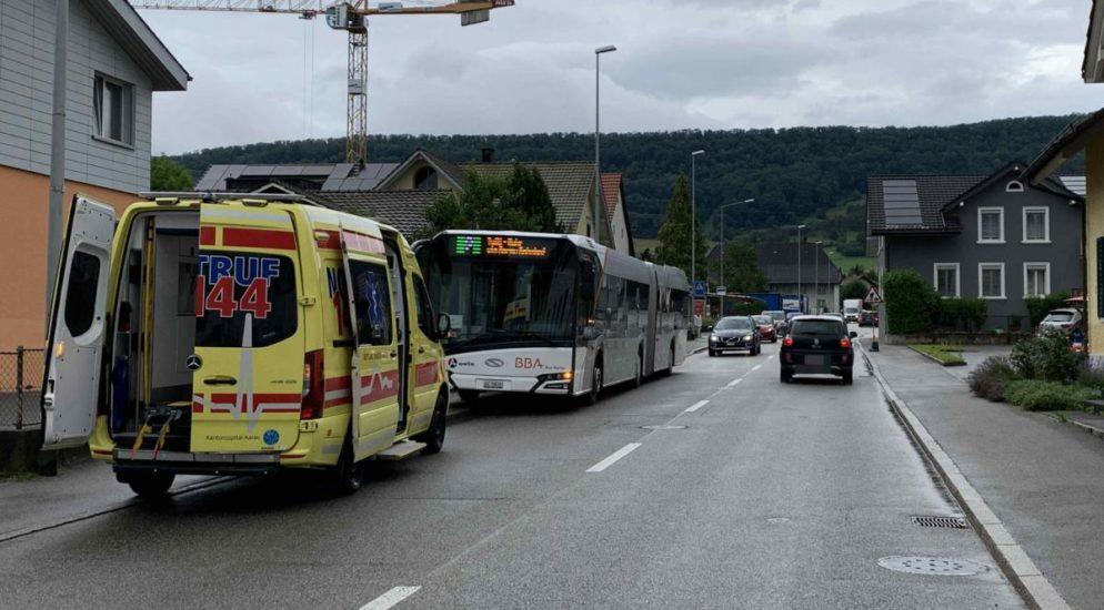 Erlinsbach SO - Autolenkerin verursacht Vollbremsung: Bus-Passagierin stürzt