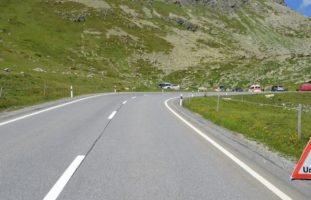 Bivio GR - In Kurve überholt und in abbiegenden PW gecrasht