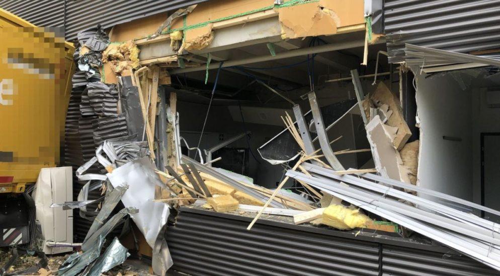 Härkingen SO: Lastwagen mit Anhänger prallt in Industriegebäude