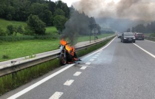 Grüsch, Poschiavo GR - Fahrzeuge in Brand geraten, ein Verletzter