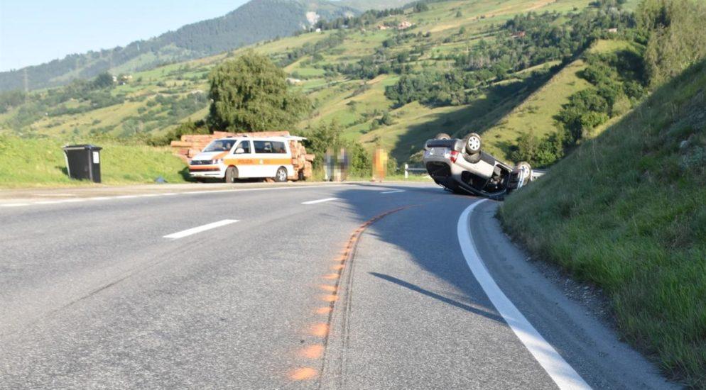 Lenker landet bei Autounfall in Scuol GR auf dem Dach