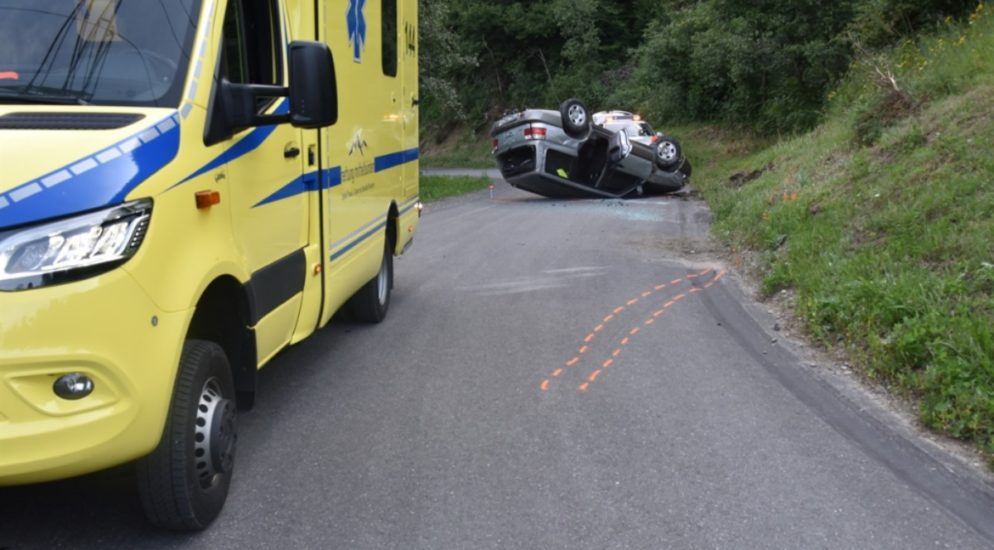 Verkehrsunfall Andeer GR: Fahrerin mit Kind (4 Monate) im Auto mit Böschung kollidiert