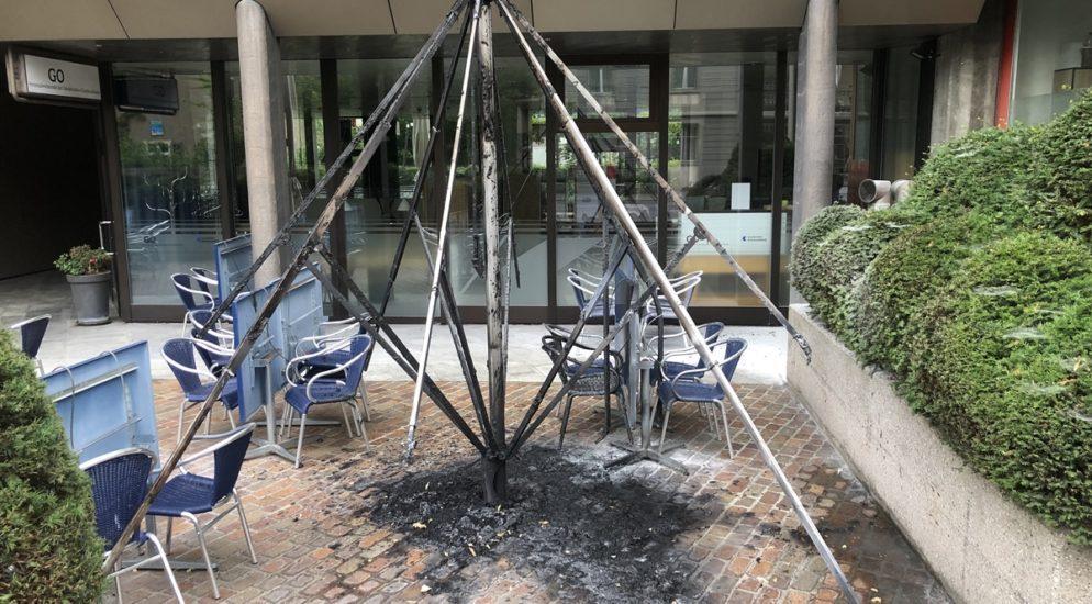 Chur GR - Taxichaffeur bemerkt Brand eines Schirms auf Gartenterrasse