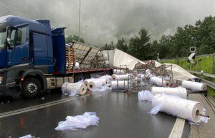 A13 Mesocco GR - Ungesicherte Plastikrollen stürzen auf Gegenfahrbahn