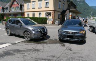 Mollis GL - Autolenker crasht auf Kreuzung in anderen Personenwagen