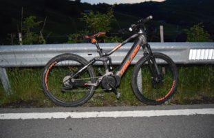 Schwellbrunn AR - In Kurve mit E-Bike gerutscht und gegen Leitplanke geprallt