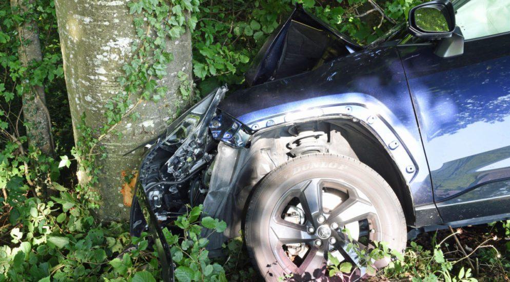 Retschwil LU - Fahrerin muss PW ausweichen und crasht heftig in Baum