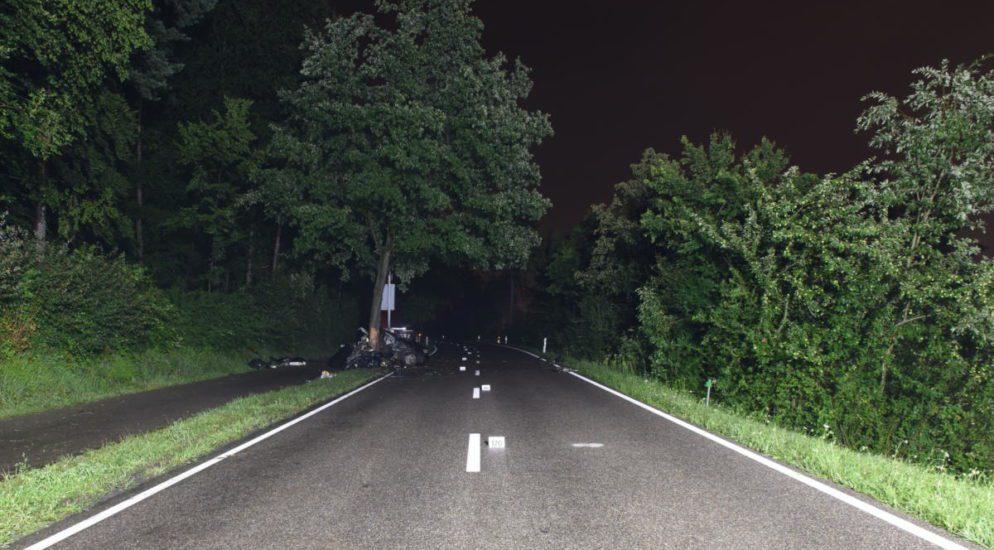 Kloten ZH - Herrschaft über Fahrzeug verloren und gegen Baum geprallt