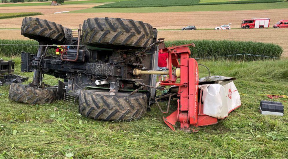 Weingarten-Kalthäusern - Traktor kippt um und klemmt Lenker ein