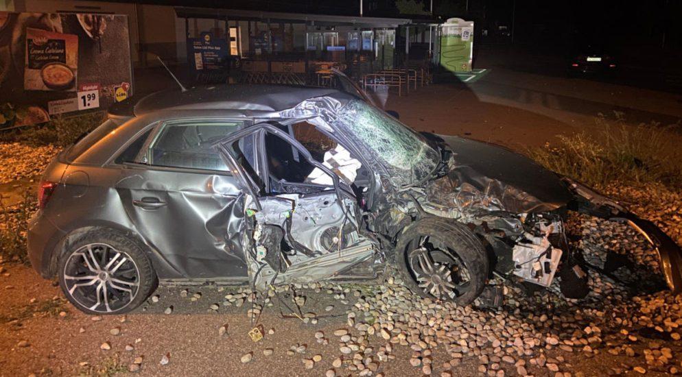 Frick, Oeschgen AG: Autodiebe flüchten vor Polizei und verunfallen heftig