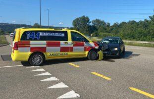 Eiken AG - Verletzte bei seitlich-frontaler Kollision mit Notarztwagen