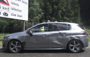 A2 Göschenen UR: Auto wird von Sattelmotorfahrzeug einige Meter weiter gestossen