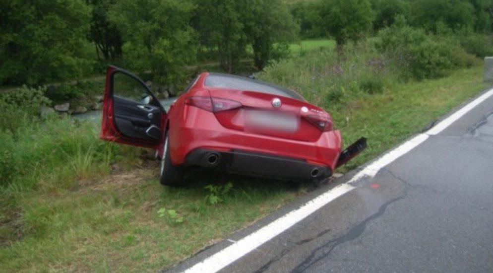 Hospental UR: PW-Fahrer (29) und Beifahrerin (32) verunfallen wegen Unwetter