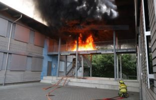 Brand zwischen zwei Schulpavillons in Zug