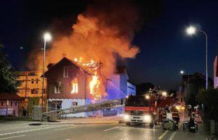 Bäch SZ - Strasse wegen Grosseinsatz der Feuerwehr gesperrt
