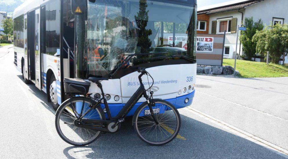 Grabs SG - E-Bikefahrer missachtet Vortritt und wird von Bus erwischt