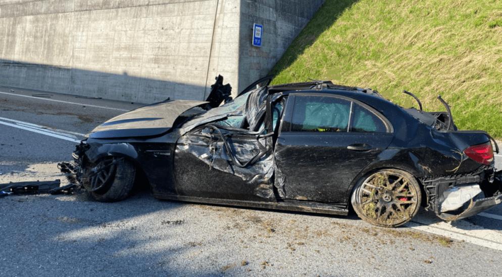 La Trême-Tunnel FR - Fahrzeug schleudert und prallt gegen Infrastruktur