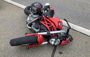 Motorradlenker touchiert den Bordstein bei Selbstunfall in Bilten
