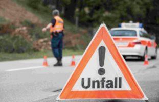 Beschilderung beachten Kanton FR - Strasse nach Unfall beidseitig gesperrt