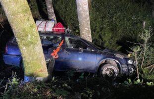 Muotatahl SZ - PW kommt von Strasse ab und crasht gegen Baum