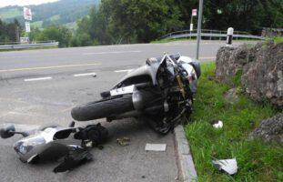 Steinen SZ - Kontrolle über Motorrad verloren und schwer gestürzt
