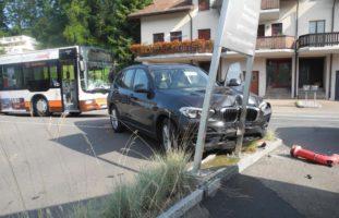 Verkehrsunfall zwischen Linienbus und Personenwagen in Wollerau