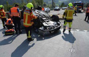 Walenstadt SG - Auto hebt bei Kollision mit Leitplanke ab und überschlägt sich