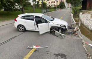 Schaffhausen - Crash in Leitplanke bei Selbstunfall endet mit Totalschaden